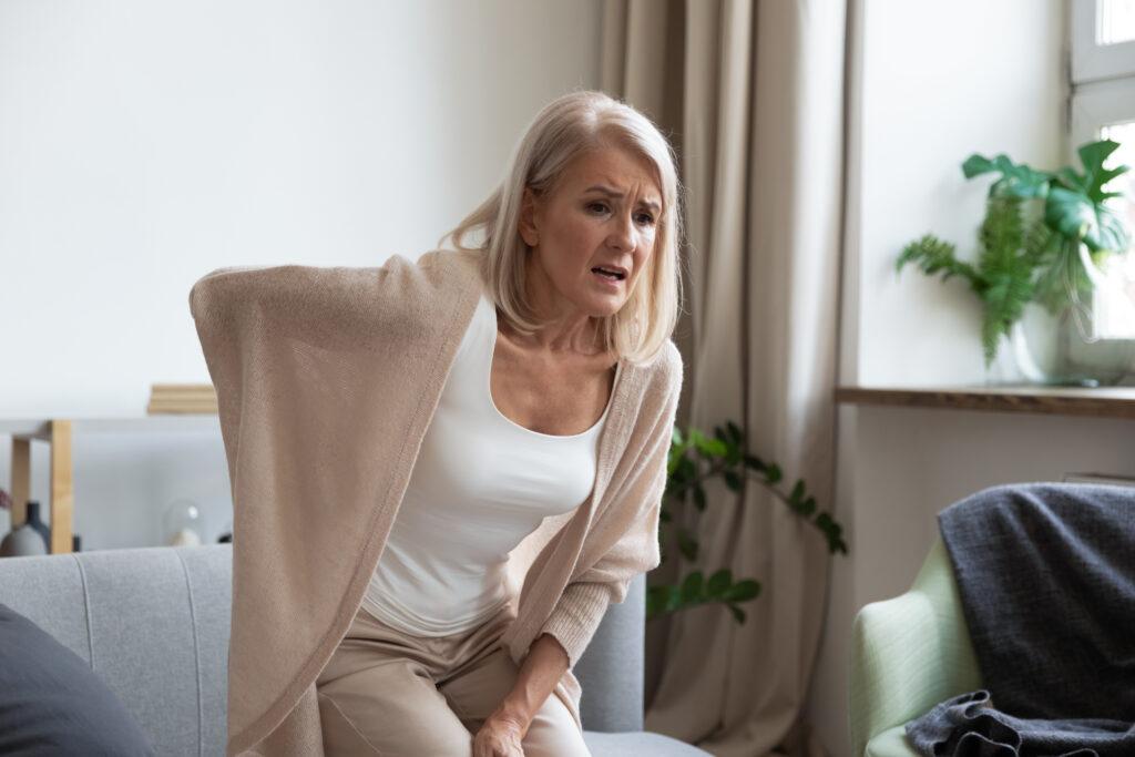 nagły ból kręgosłupa kobiety