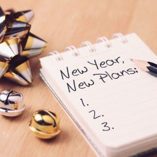 notes z listą noworocznych postanowień i świąteczna dekoracja