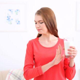 kobieta odmawiająca wypicia mleka krowiego